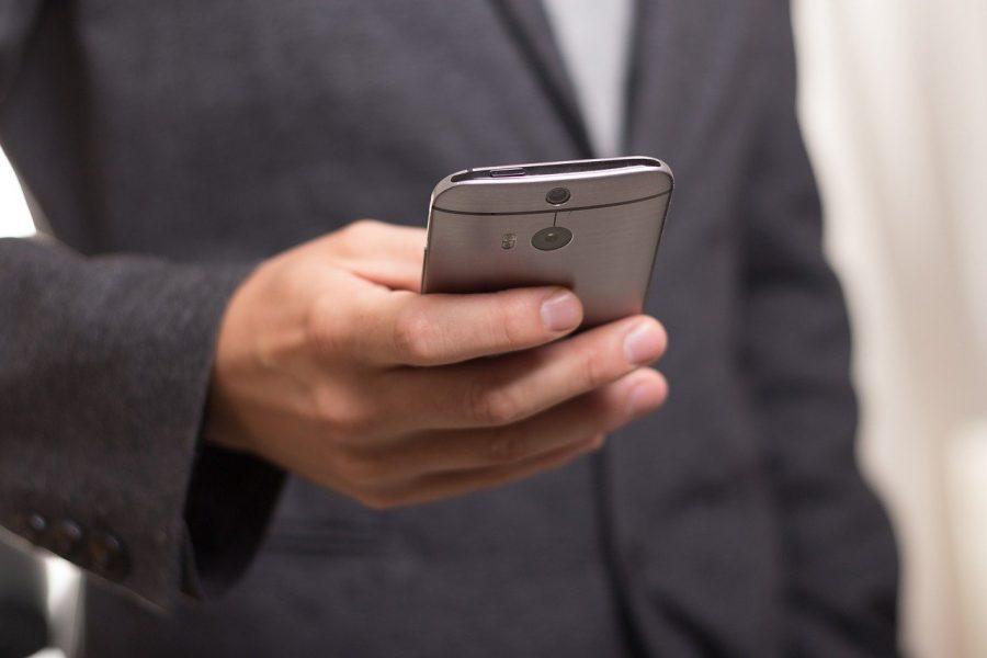 Persona con teléfono móvil | Foto: PIXABAY
