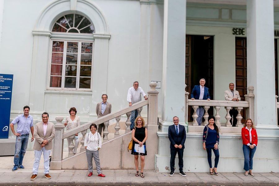 Foto de familia de los componentes de la iniciativa Canarias Importa junto a directivos del Consejo Social de la ULPGC | Foto: ULPGC