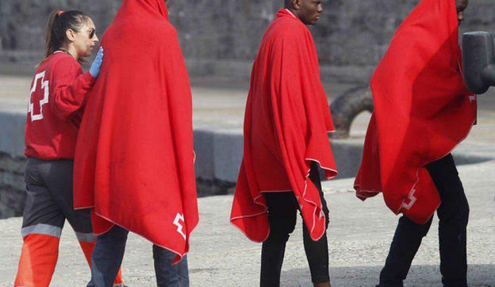 Cruz Roja atendiendo a migrantes a su llegada a Canarias | Foto: TVE
