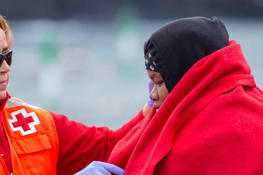 Cruz Roja atendiendo a una mujer migrante   Foto: ARCHIVO