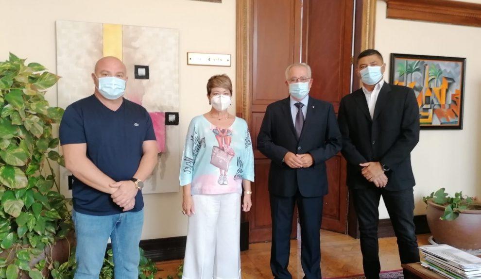 Óscar Izquierdo (el segundo por la derecha) durante una reunión con los sindicatos y representantes del sector | Foto: AECPLPA
