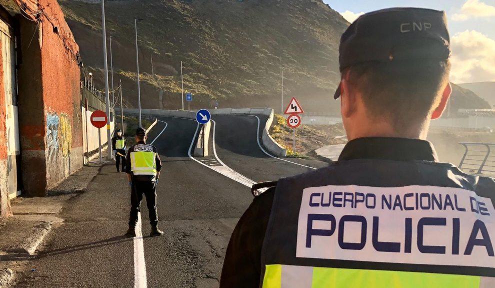 Policía Nacionales en un control de tráfico   Foto: DELEGACIÓN DEL GOBIERNO EN CANARIAS