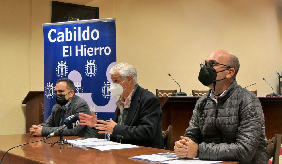 Alpidio Armas (centro) este enero | CABILDO DE EL HIERRO