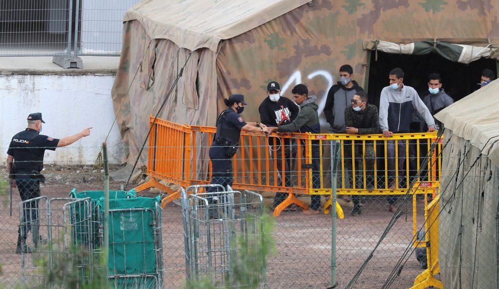 Policía y migrantes en el CATE de Barranco Seco   TVE