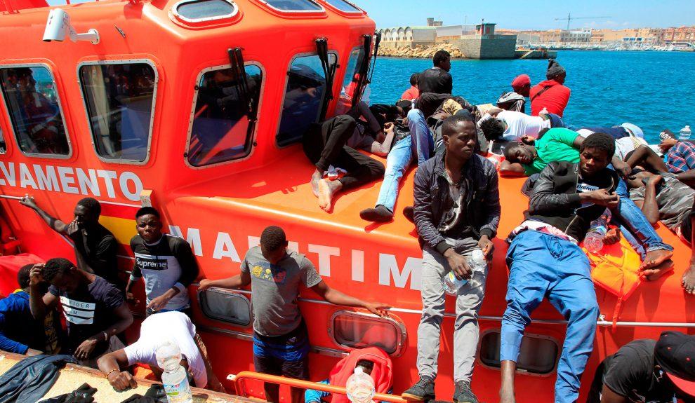Migrantes a bordo de un barco de Salvamento Marítimo | TVE