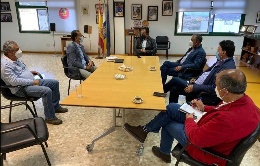 Álvaro de la Bárcena, viceconsejero de Sector Primario del Gobierno de Canarias, visita a los productores afectados el pasado viernes 5 | AYUNTAMIENTO DE LA ALDEA DE SAN NICOLÁS
