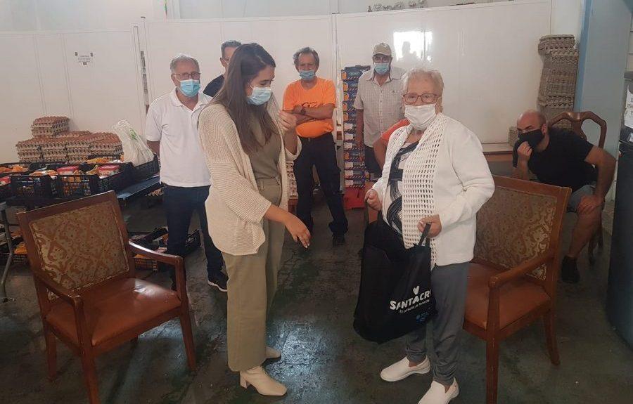 África Fuentes (dcha.) recibe donación de la concejal de asuntos sociales de Santa Cruz de Tenerife el pasado octubre | AAVV GARCÍA ESCÁMEZ