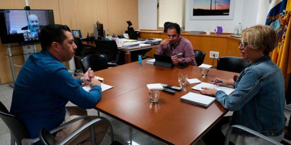Alejandro Ramos (izq.) reunido con Gustavo Santana y Elena Máñez el pasado junio   CONSEJERÍA DE ECONOMÍA DEL GOBIERNO DE CANARIAS