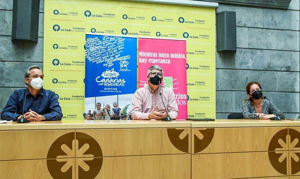 José Brito (centro) presentando el documental el pasado viernes 9   BARRIOS ORQUESTADOS