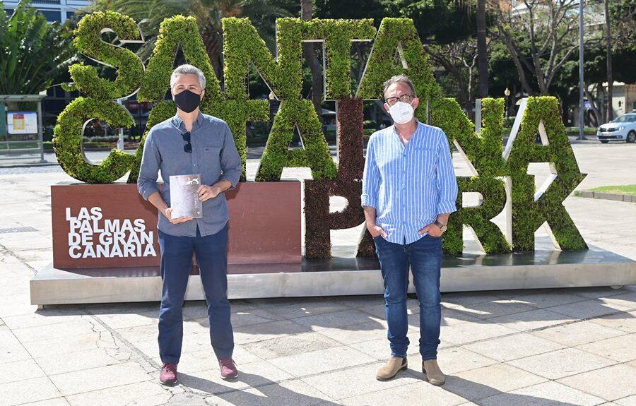 Jesús García (izq.) junto al director del festival, Luis Miranda, en la presentación del libro el pasado miércoles | AYUNTAMIENTO DE LAS PALMAS DE GRAN CANARIA