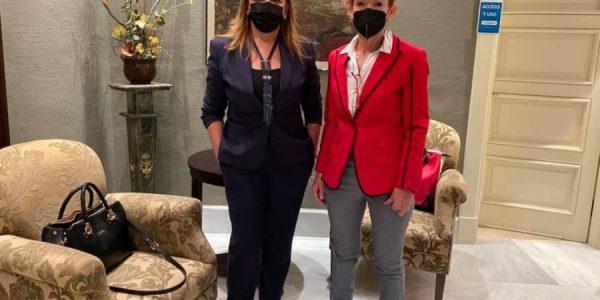 Eugenia Paiz (izq.) e Inmaculada González, portavoces de la plataforma en el Parlamento de Canarias el pasado miércoles 7 | MADRES POR LA DISCAPACIDAD