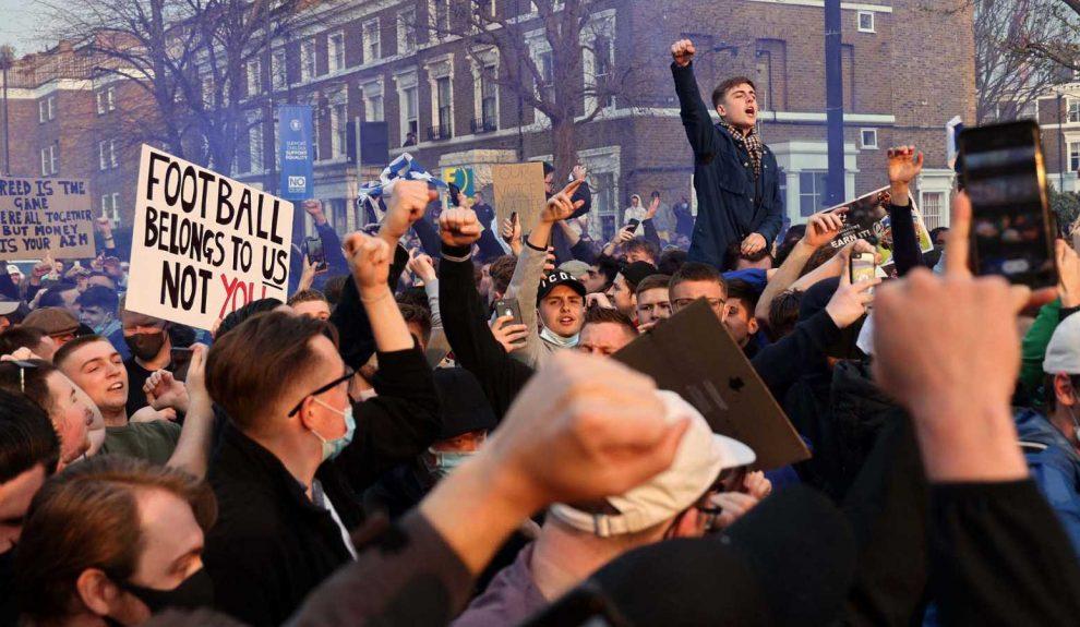 Aficionados británicos protestando contra la Superliga ayer | TVE