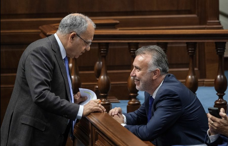 Casimiro Curbelo (izq.) y Ángel Víctor Torres conversan en el Parlamento de Canarias | ASG
