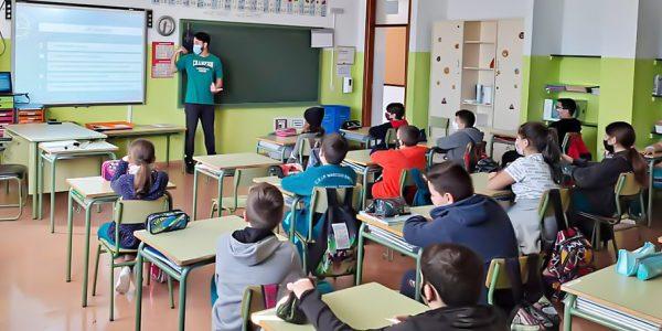 Alumnado y profesor en un aula | GOBIERNO DE CANARIAS