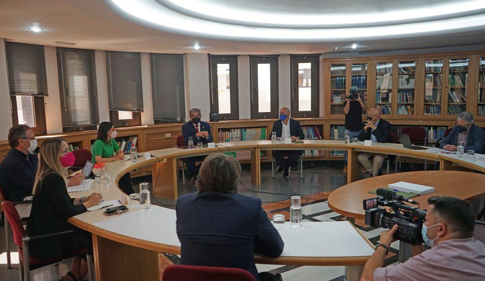 José Mª Mañaricúa (a la dcha. de Román Rodríguez) en reunión de las patronales turísticas el pasado miércoles   VICEPRESIDENCIA DEL GOBIERNO DE CANARIAS