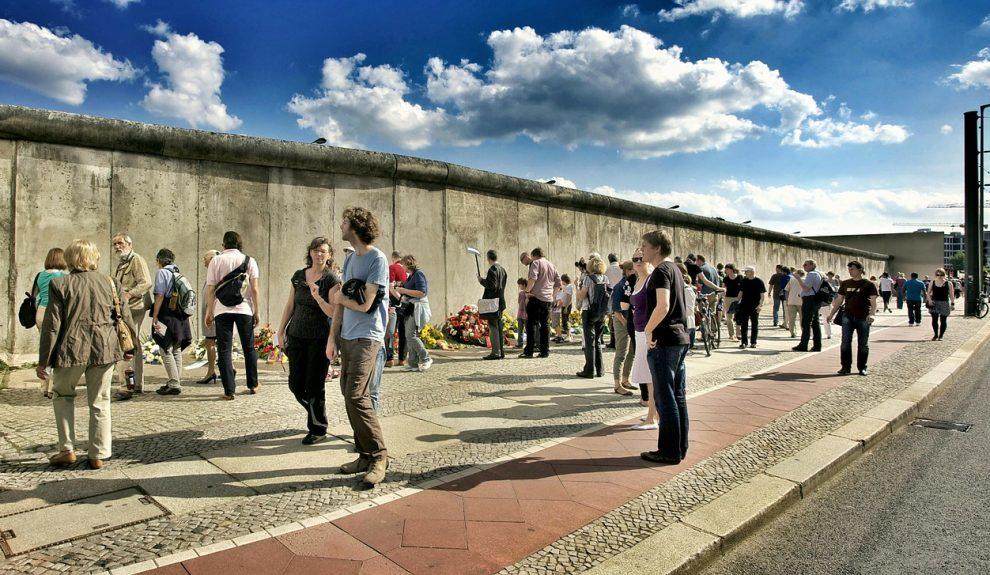 Personas ante un muro   PIXABAY
