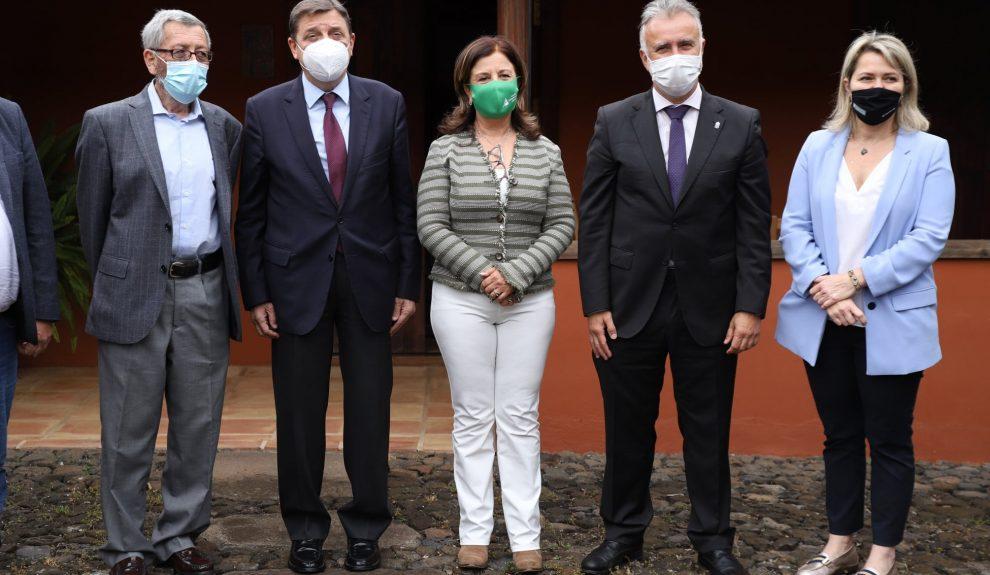 Ángela Delgado (centro) rodeada por el ministro de Agricultura, Luis Planas, Ángel Víctor Torres y la consejera Alicia Vanoostende el pasado mayo | ASAGA CANARIAS