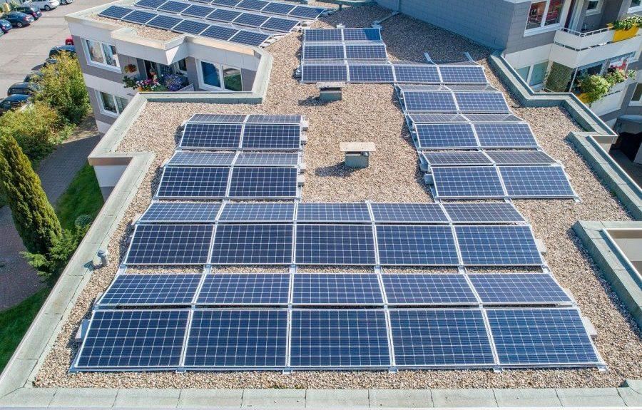 Placas solares en un tejado   PIXABAY