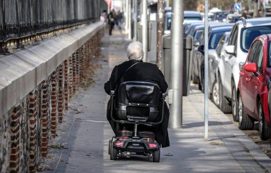 Señora en silla de ruedas   CONSEJERÍA DE DERECHOS SOCIALES DEL GOBIERNO DE CANARIAS