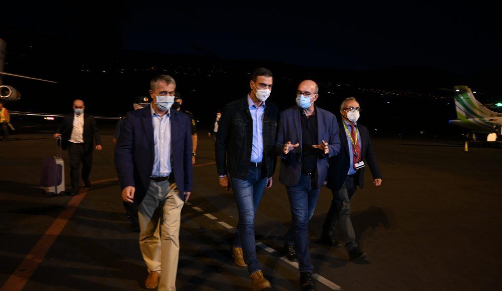 Anselmo Pestana le habla a Pedro Sánchez a su llegada anoche al aeropuerto de La Palma   MONCLOA BORJA PUIG DE LA BELLACASA