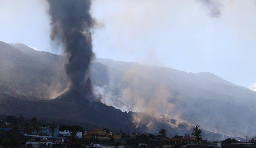 Nube de humo elevándose en Cumbre Vieja el pasado sábado | INVOLCAN