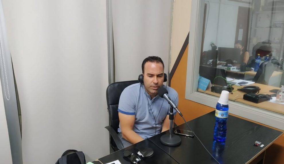 Rubén Sánchez Araña en el estudio de El Espejo Canario